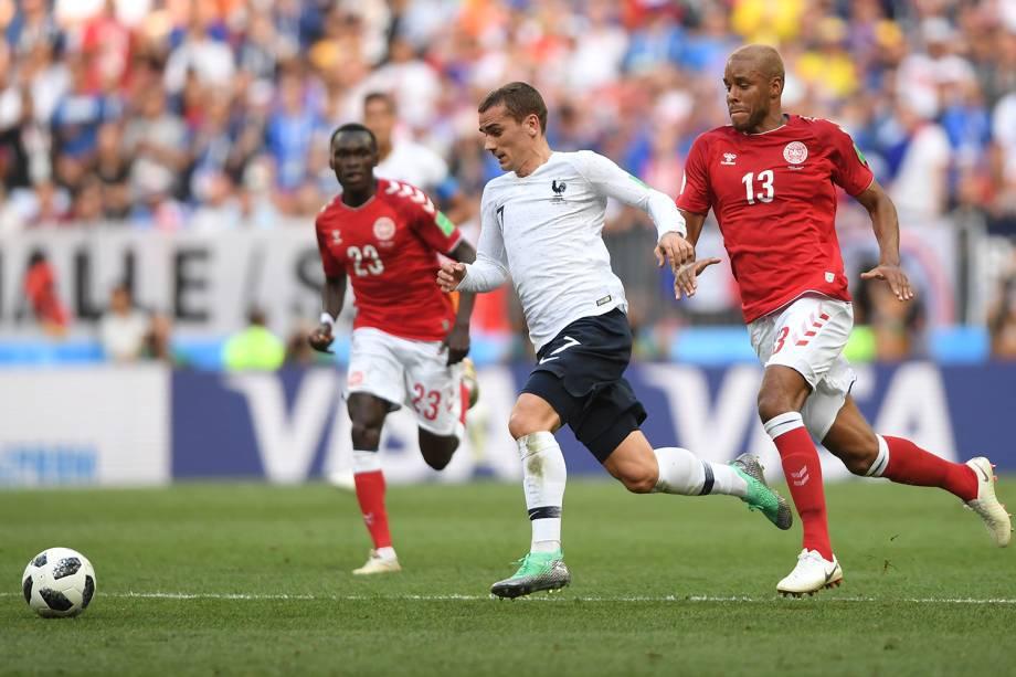 Antoine Griezmann da França durante jogada contra Mathias Jorgensen da Dinamarca - 26/06/2018