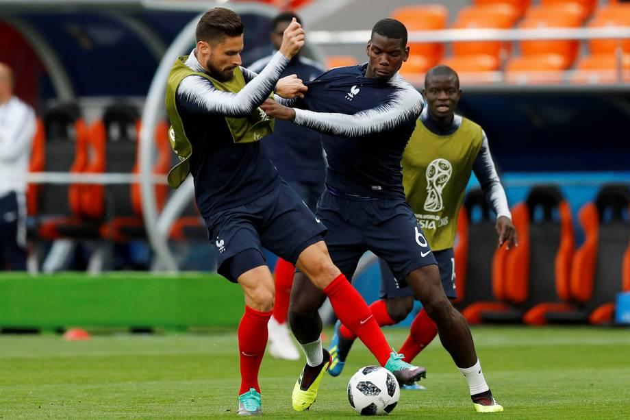 Olivier Giroud e Paul Pogba durante o aquecimento do time francês para a partida contra o Peru, na arena Ekaterinburg - 21/06/2018