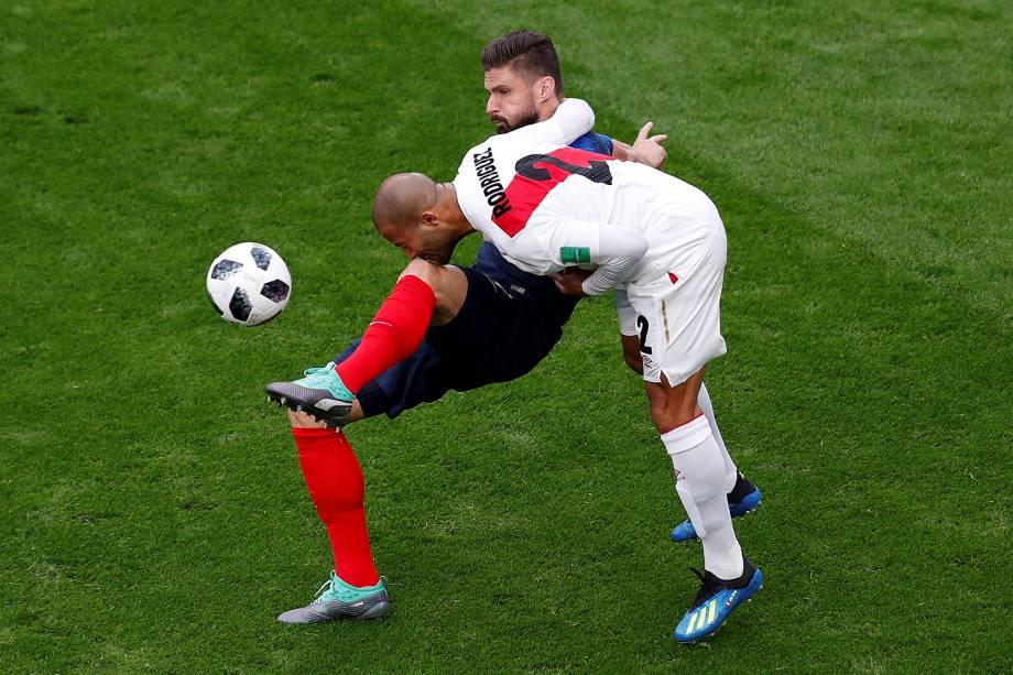 O peruano Alberto Rodriguez é atingido pelo joelho de Olivier Giroud, da França, durante a tentativa de acertar a bola - 21/06/2018