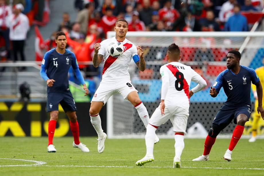Paolo Guerrero, do Peru, mata uma bola no peito durante a partida contra a França, válida pelo grupo C da Copa do Mundo Rússia 2018 - 21/06/2018