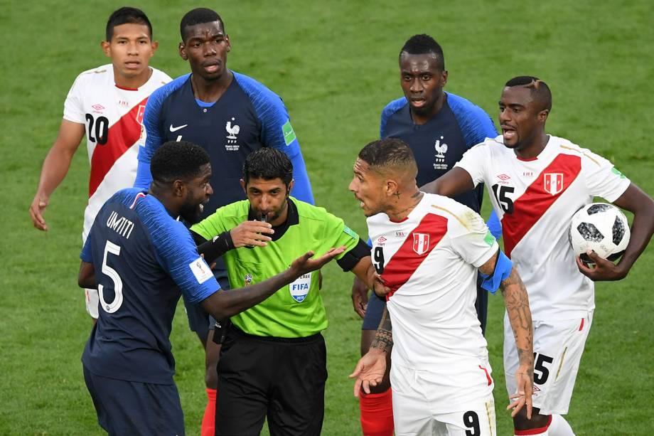 O árbitro Mohammed Abdulla Mohammed separa o diálogo entre Samuel Umtiti, da França, e Paolo Guerrero, do Peru - 21/06/2018