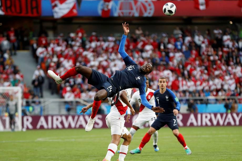 O francês, Blaise Matuidi, é visto caindo após disputar uma bola de cabeça durante a partida contra o Peru, na Arena Ekaterinburg - 21/06/2018