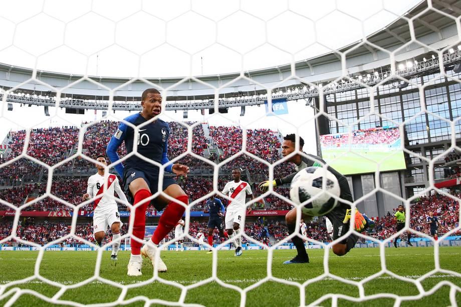 Kylian Mbappe marca o primeiro gol da França contra o Peru na Arena Ekaterinburg - 21/06/2018