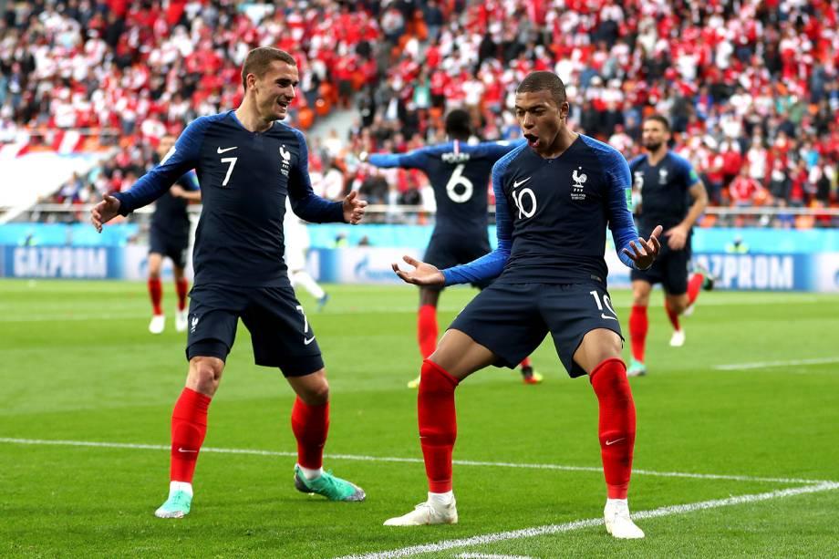 Kylian Mbappe, da França, comemora o gol marcado ao lado de Antoine Griezmann - 21/06/2018