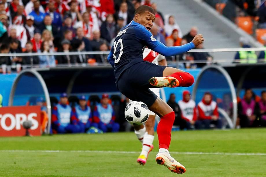 Kylian Mbappe, o mais jovem jogador a usar a camisa da seleção francesa, arrisca um gol de calcanhar contra o Peru - 21/06/2018