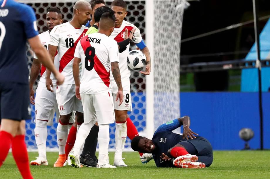 Jogadores peruanos observam o francês Samuel Umtiti, que reage após uma falta sofrida - 21/06/2018