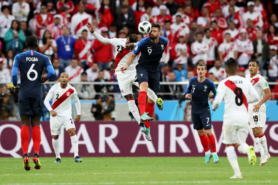 Olivier Giroud, da França, cabeceia uma bola após a disputa no alto com Pedro Aquino, do Peru - 21/06/2018