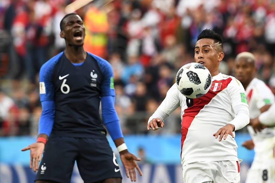 Christian Cueva, do Peru, ajeita uma bola no peito enquanto o francês Paul Pogba, lamenta ao fundo - 21/06/2018