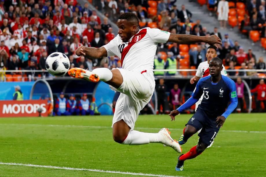 O peruano Jefferson Farfan arrisca um chute no ar contra o gol da França, na Arena Ekaterinburg - 21/06/2018