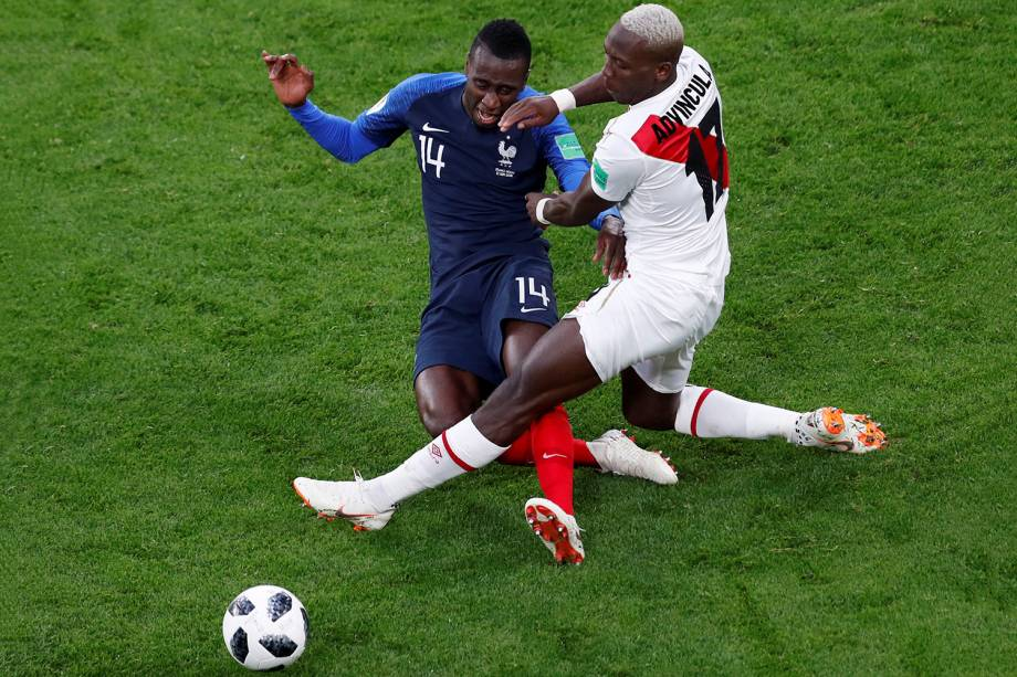 Blaise Matuidi, da França, e Luis Advincula, do Peru, dividem um lance durante a partida do grupo C da Copa do Mundo Rússia - 21/06/2018
