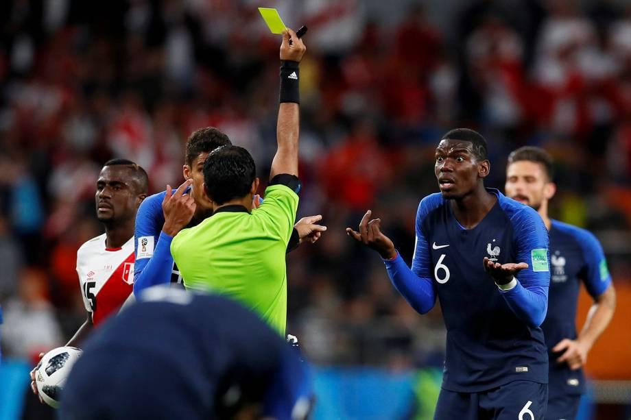 O árbitro, Mohammed Abdulla Hassan Mohammed,  mostra o cartão amarelo para o  francês Paul Pogba, durante o jogo contra o Peru - 21/06/2018