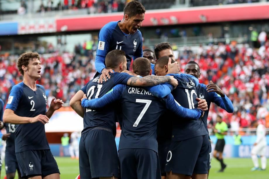 Jogadores da França comemoram o gol da vitória sobre o Peru marcado pelo atacante Kylian Mbappé, na arena Ecaterimburgo - 21/06/2018
