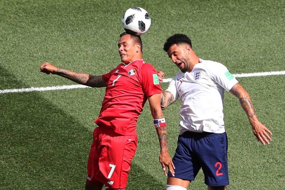O inglês Kyle Walker em ação com Blas Perez do Panamá durante partida válida pela segunda rodada do grupo G em Níjni Novgorod - 24/06/2018