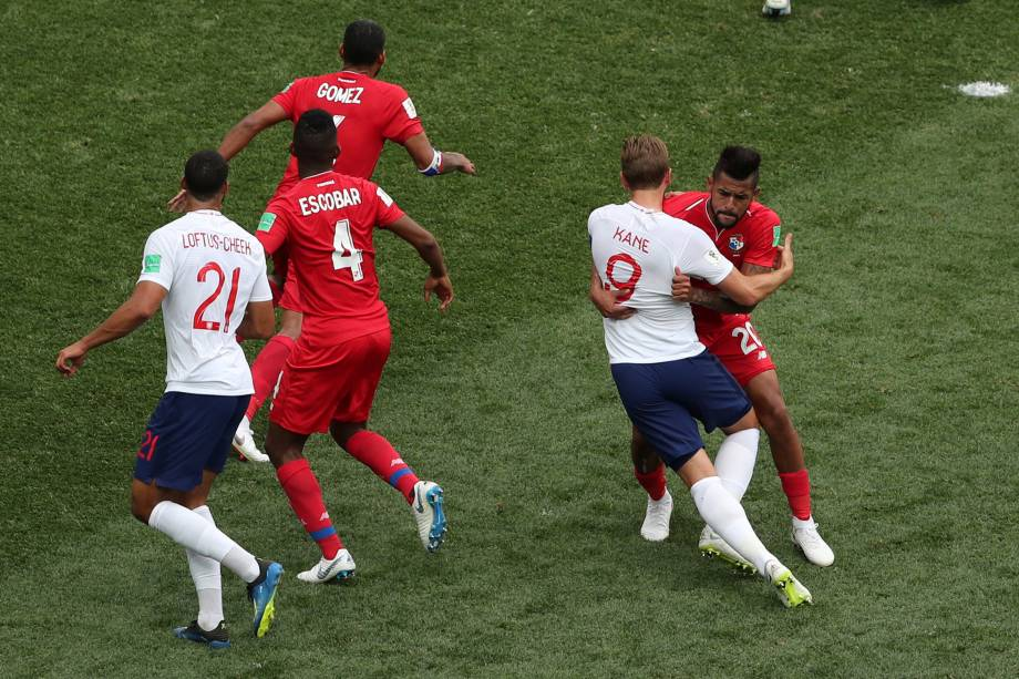 Anibal Godoy do Panamá agarra o atacante Harry Kane e o juiz marca pênalti a favor da Inglaterra, em partida válida pela segunda rodada do grupo G em Níjni Novgorod - 24/06/2018
