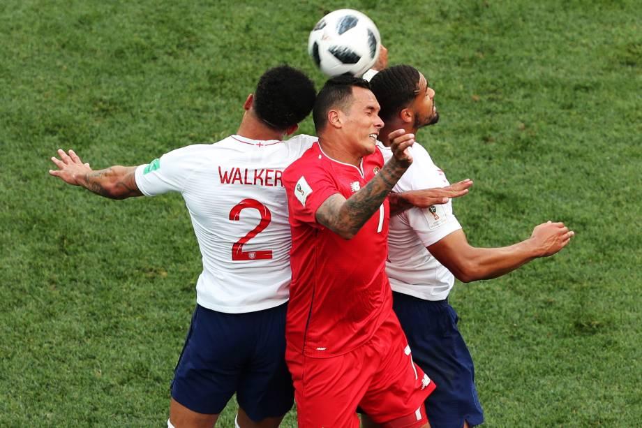 Ruben Loftus-Cheek e Kyle Walker da Inglaterra dividem pelo alto com Blas Perez do Panamá, em partida válida pela segunda rodada do grupo G em Níjni Novgorod - 24/06/2018