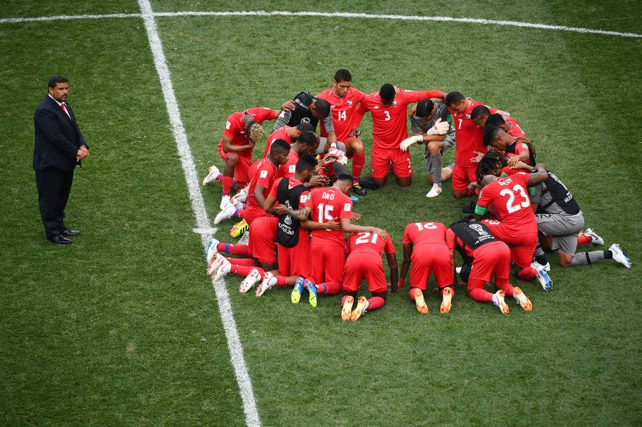 Jogadores do Panamá fazem oração no centro do gramado após derrota para a Inglaterra em Níjni Novgorod - 24/06/2018