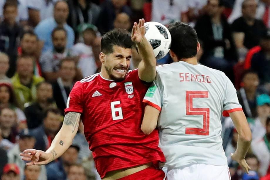 O espanhol, Sergio Busquets, disputa uma bola de cabeça com Saeid Ezatolahi, do Irã