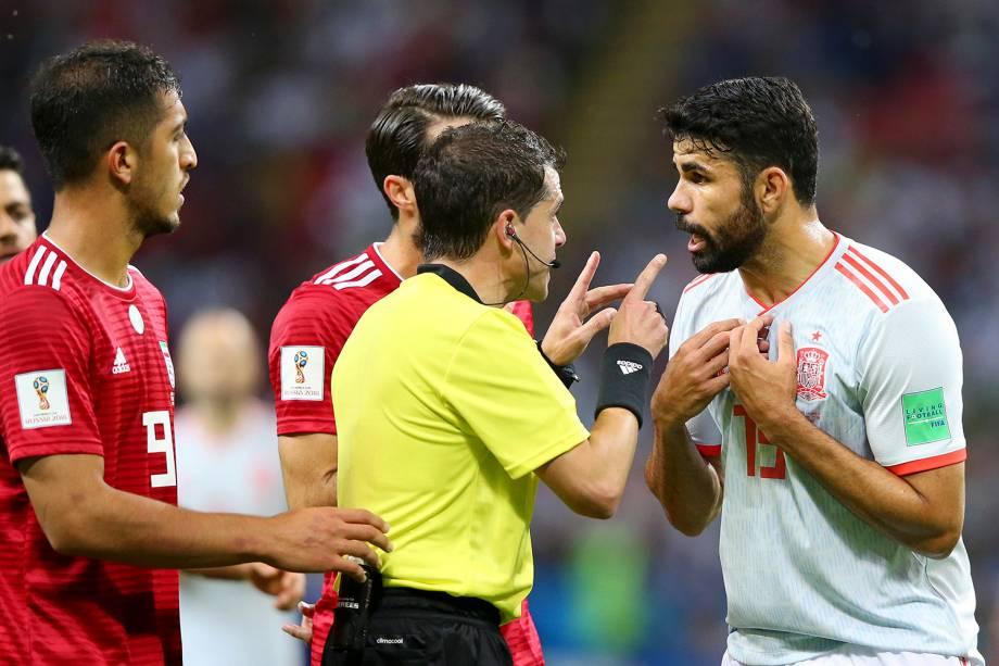 O árbitro Andres Cunha conversa com Diego Costa, da Espanha, após um lance de falta envolvendo o jogador