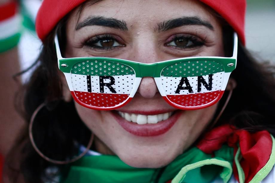 Torcedora do Irã usa um óculos com as cores da bandeira do país durante o jogo contra  Espanha, no estádio Kazan Arena