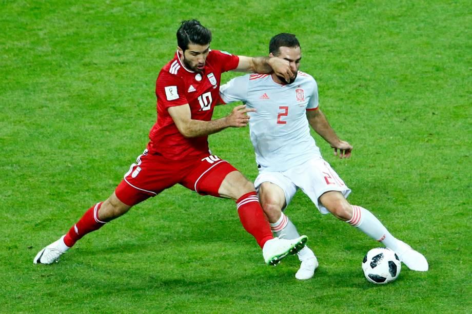 O iraniano Karim Ansari Fard tenta uma roubada de bola para cima de Dani Carvajal, da Espanha