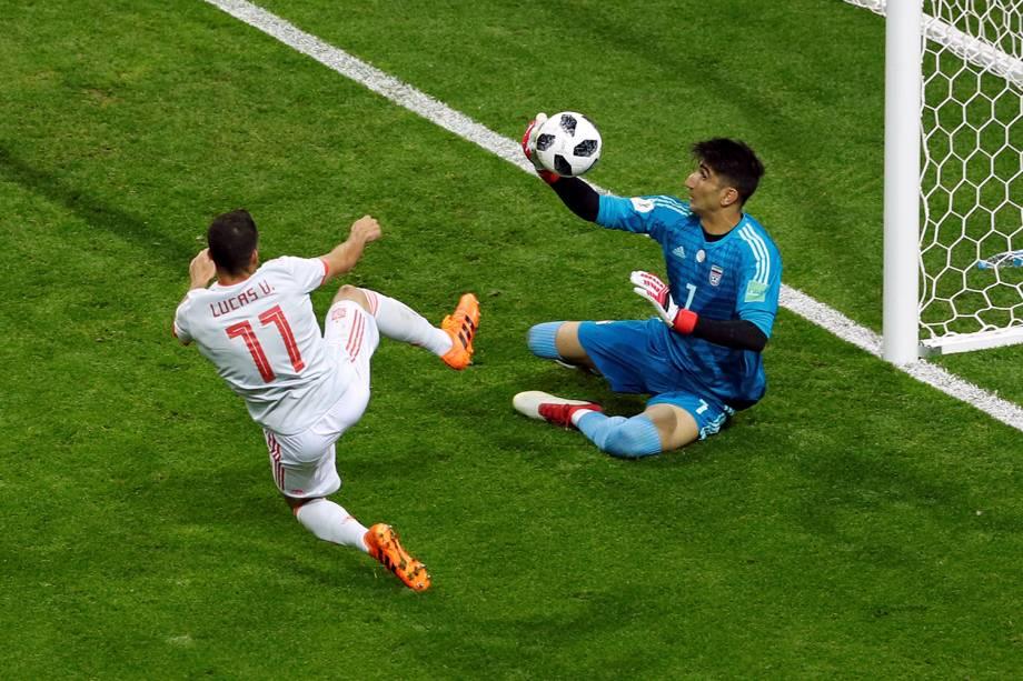 O goleiro iraniano, Alireza Beiranvand, salva um gol de Lucas Vazquez, da Espanha
