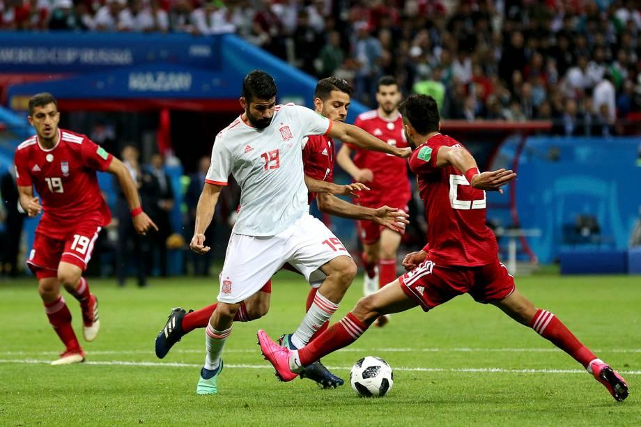 Diego Costa, da Espanha, marca o primeiro gol da partida contra o Irã no estádio Kazan Arena