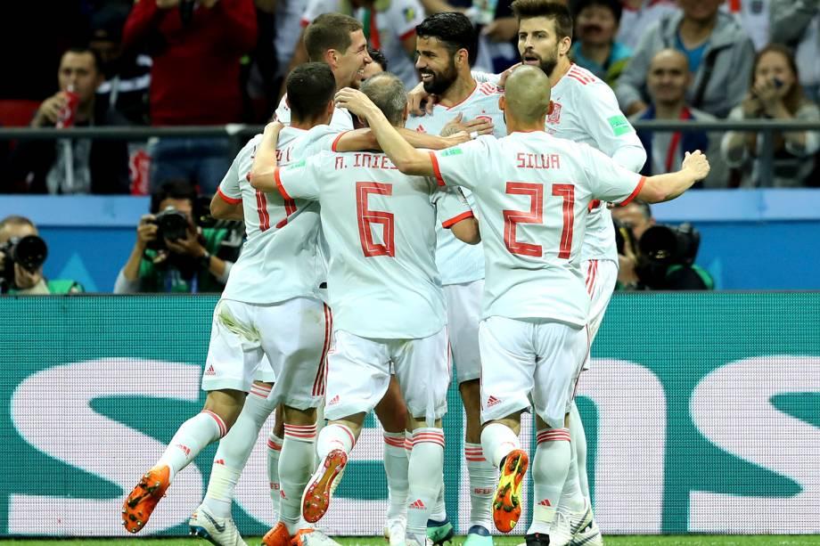 Diego Costa comemora com os companheiros de time o gol marcado contra o Irã