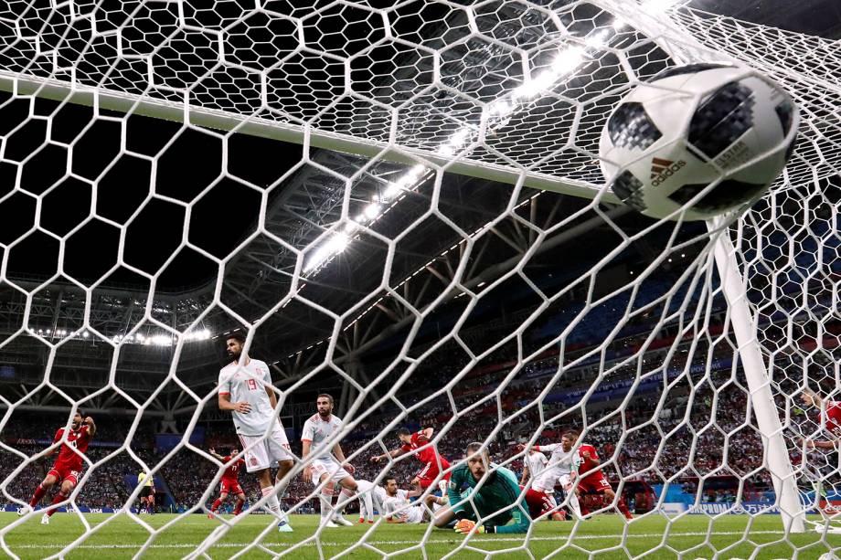 Saeid Ezatolahi, do Irã, marca o gol de empate na partida contra a Espanha