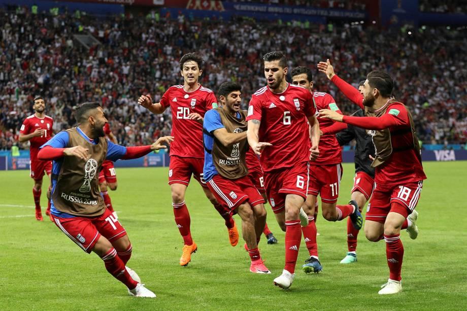 O iraniano, Saeid Ezatolahi, comemora o gol marcado com os companheiros de time antes da anulação oficial do juiz por impedimento