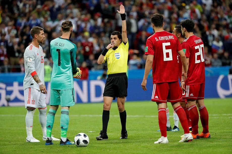O juiz Andres Cunha anula o gol do Irã, marcado por Saeid Ezatolahi, após a confirmação de impedimento pelo bandeirinha