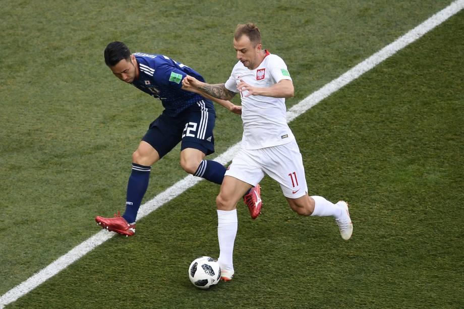 O japonês Maya Yoshida disputa a bola com Kamil Grosicki da Polônia, durante partida válida pela terceira rodada do grupo H na arena Volgogrado - 28/06/2018