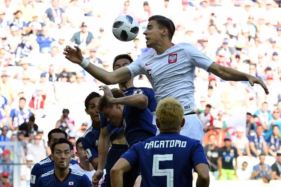 Jan Bednarek salta sobre a defesa do Japão durante partida válida pela terceira rodada do grupo H na arena Volgogrado - 28/06/2018