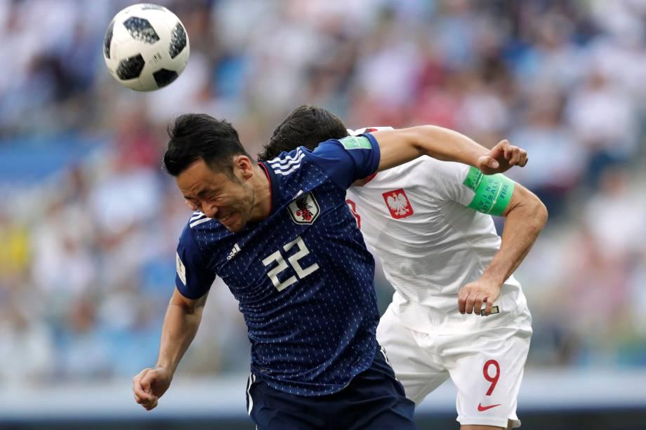 O japonês Maya Yoshida em ação com o polonêss Robert Lewandowski, durante partida válida pela terceira rodada do grupo H na arena Volgogrado - 28/06/2018