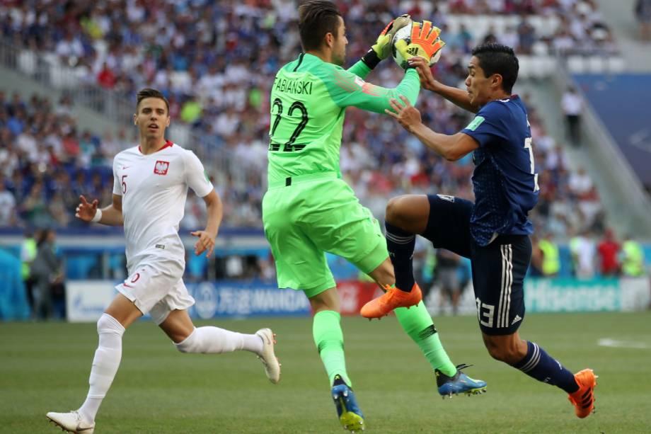 O goleiro polonês Lukasz Fabianski disputa a bola com o japonês Yoshinori Muto durante partida válida pela terceira rodada do grupo H na arena Volgogrado - 28/06/2018