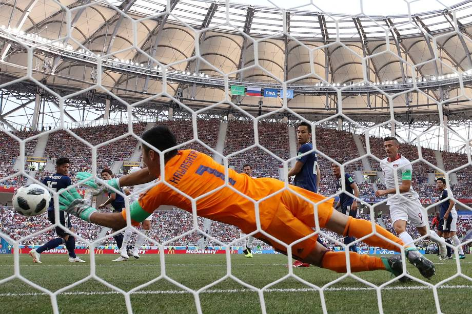 O goleiro japonês Eiji Kawashima salta para defender uma tentativa do ataque polônes em partida válida pela terceira rodada do grupo H, na arena Volgogrado - 28/06/2018