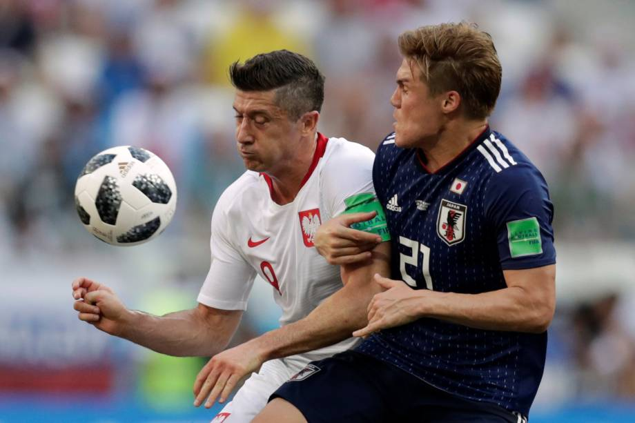 Robert Lewandowski da Polônia disputa jogada com o japonês Gotoku Sakai, em partida válida pela terceira rodada do grupo H, na arena Volgogrado - 28/06/2018