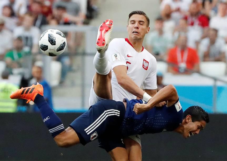 O polonês Jan Bednarek em ação contra Yoshinori Muto, do Japão, em partida válida pela terceira rodada do grupo H, na arena Volgogrado - 28/06/2018
