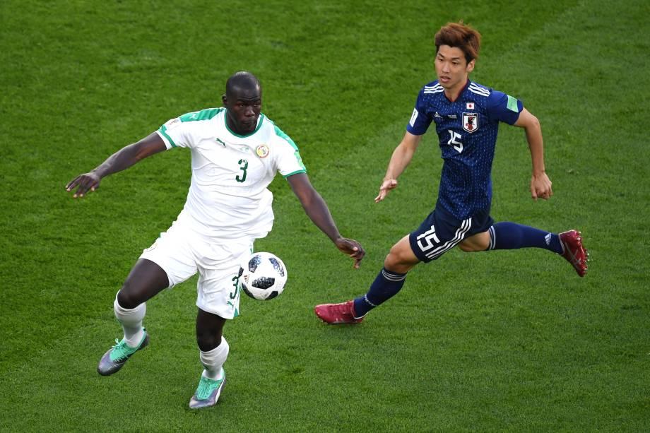 Kalidou Koulibaly, do Senegal, é marcado por Yuya Osako, do Japão, durante a partida válida pela segunda rodada do grupo H em Ecaterimburgo - 24/06/2018