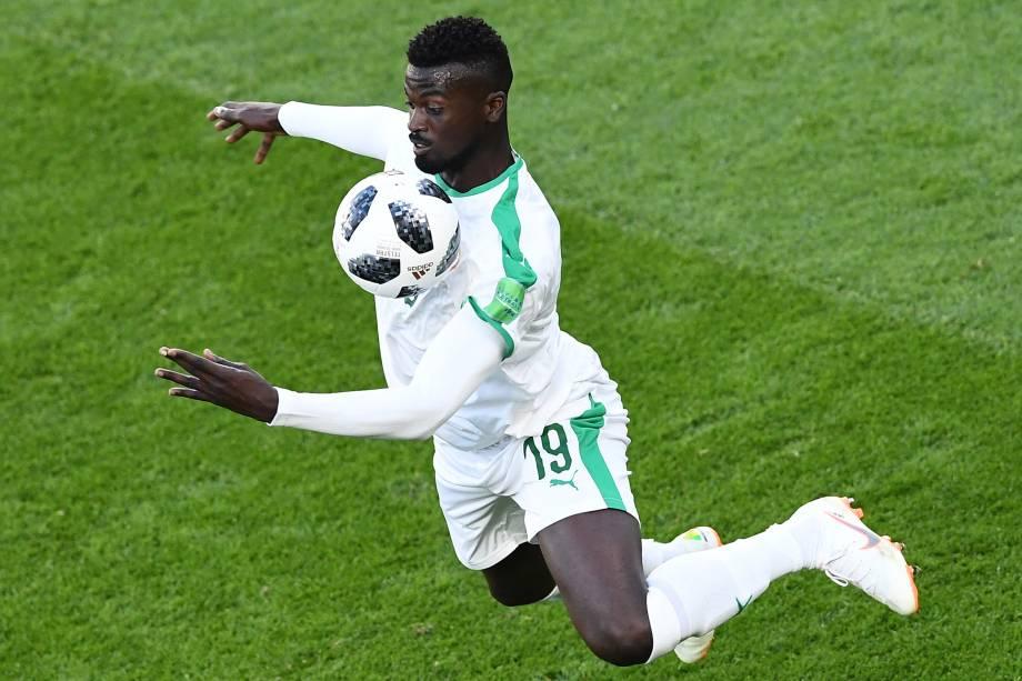 O atacante Mbaye Niang, de Senegal, ajeita uma bola no peito durante  partida contra o Japão, na Arena Ecaterimburgo - 24/06/2018