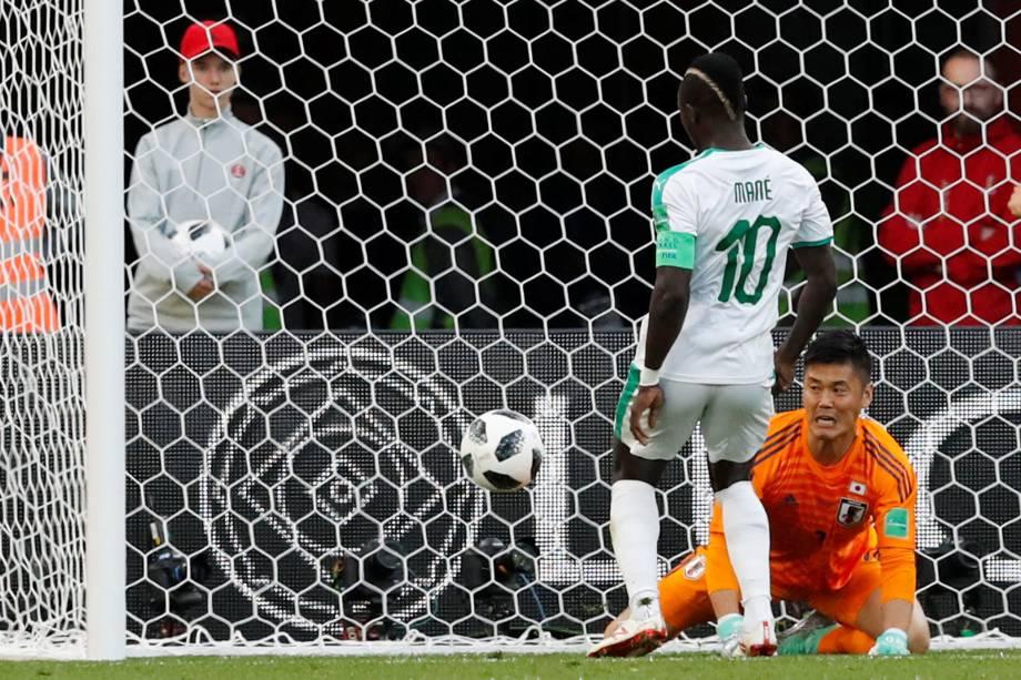 Sadio Mané aproveita a falha do goleiro japonês Eiji Kawashima para marcar o gol de Senegal, em partida válida pela segunda rodada do grupo H em Ecaterimburgo - 24/06/2018