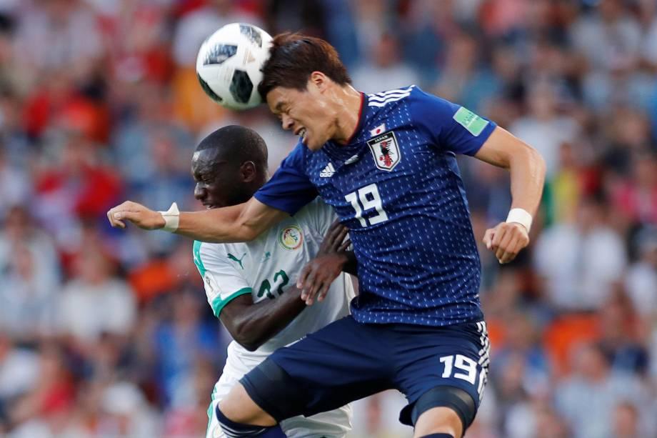 O japonês, Hiroki Sakai, disputa uma bola de cabeça contra o senegalês, Youssouf Sabaly - 24/06/2018