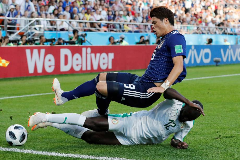 O japonês Hiroki Sakai em ação contra o senegalês Youssouf Sabaly, em partida válida pela segunda rodada do grupo H em Ecaterimburgo - 24/06/2018