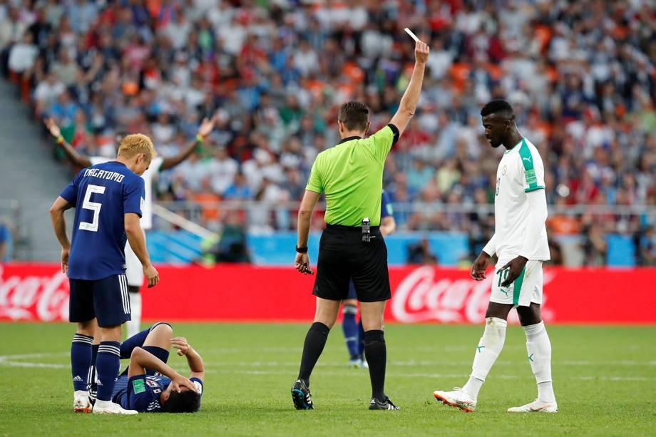 O árbitro, Gianluca Rocchi, mostra o cartão amarelo para o senegalês M'Baye Niang, após uma falta cometida contra o Japão - 24/06/2018