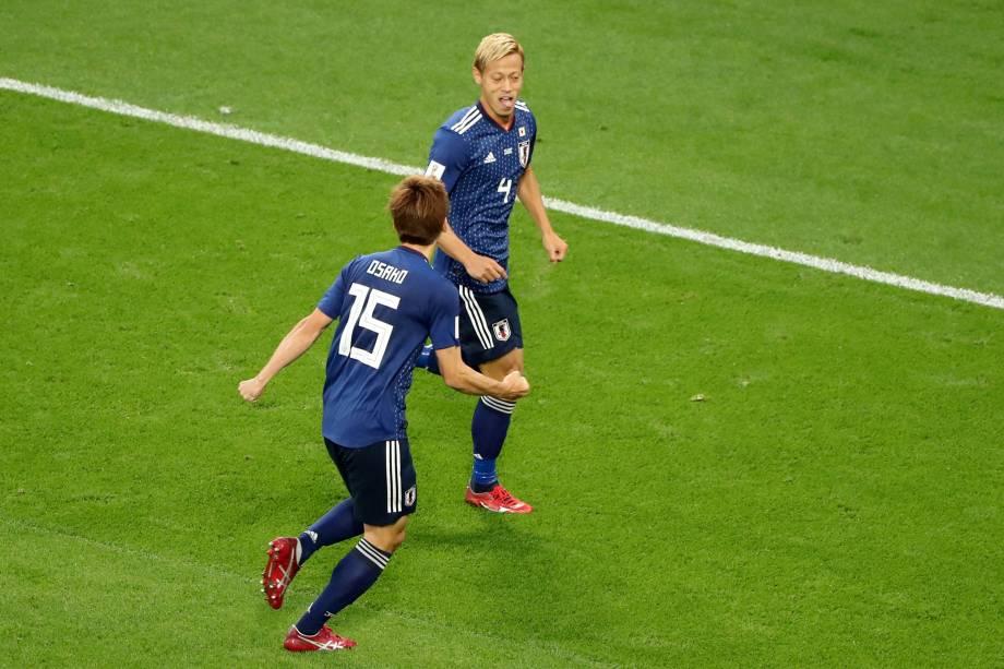 Keisuke Honda comemora com Yuya Osako o gol de empate do Japão em partida contra o Senegal em Ecaterimburgo - 24/06/2018
