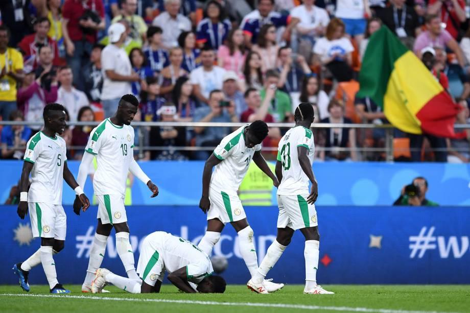 Moussa Wague, do Senegal, encosta a cabeça no gramado durante a comemoração do segundo gol contra o Japão - 24/06/2018