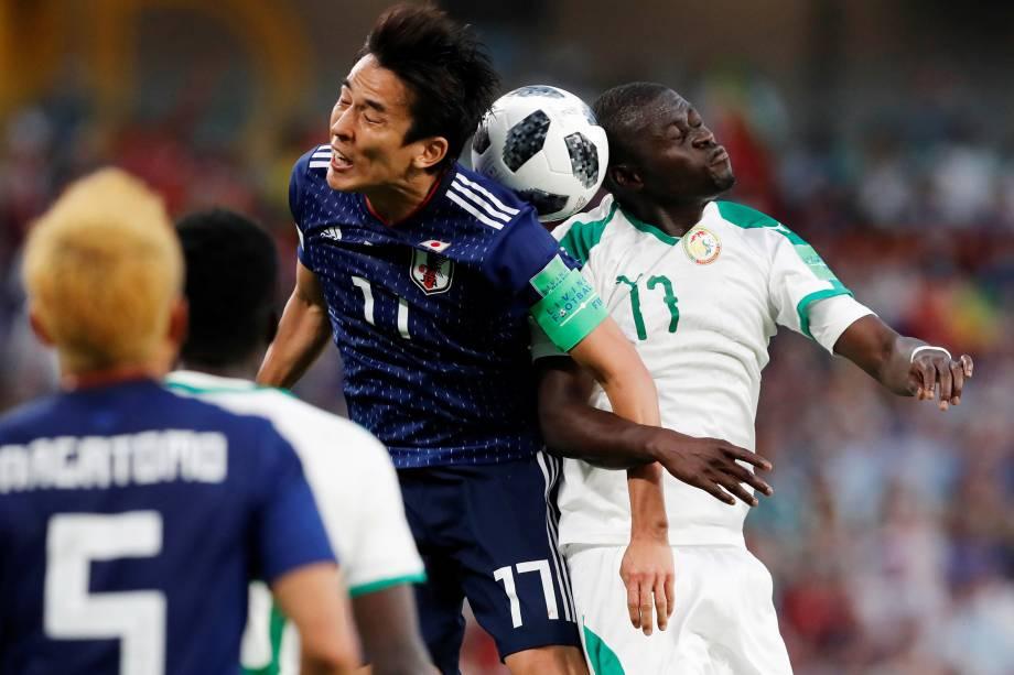 O senegalês,Badou Ndiaye, disputa uma bola aérea comMakoto Hasebe, do Japão - 24/06/2018