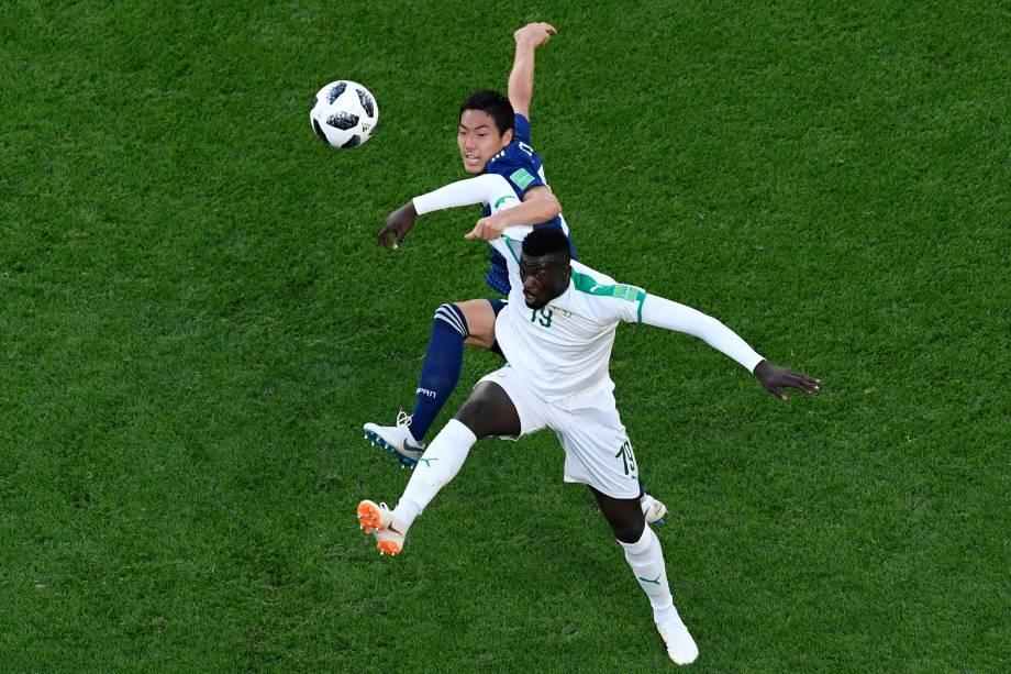 O atacante de Senegal Mbaye Niang divide com o defensor japonês Sho Shoji, em partida válida pela segunda rodada do grupo H em Ecaterimburgo - 24/06/2018