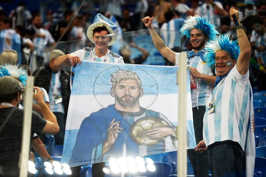 Torcedores carregam bandeira do jogador Lionel Messi, durante partida entre Argentina e Nigéria, válida pelo grupo D da Copa do Mundo - 26/06/2018