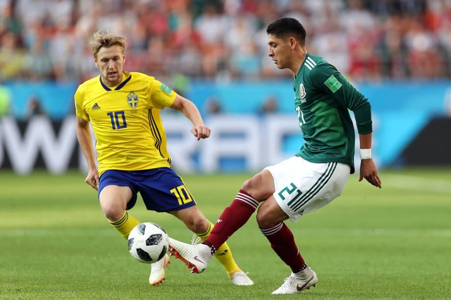 Edson Alvarez do México disputa a posse de bola com Emil Forsberg da Suécia durante partida na Arena Ekaterinburg - 27/06/2018