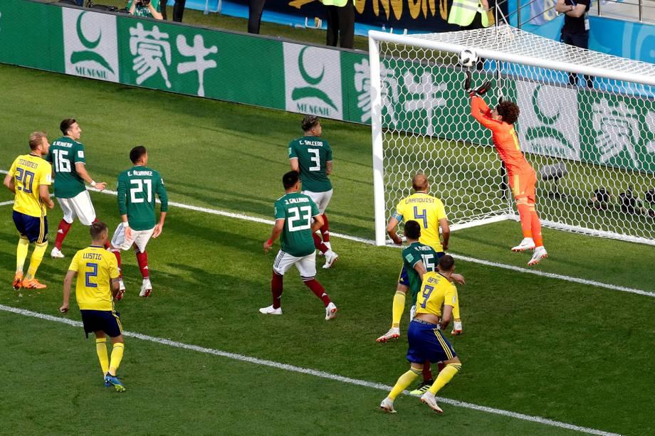 Guillermo Ochoa do México faz defesa durante partida contra a Suécia na Arena Ekaterinburg - 27/06/2018